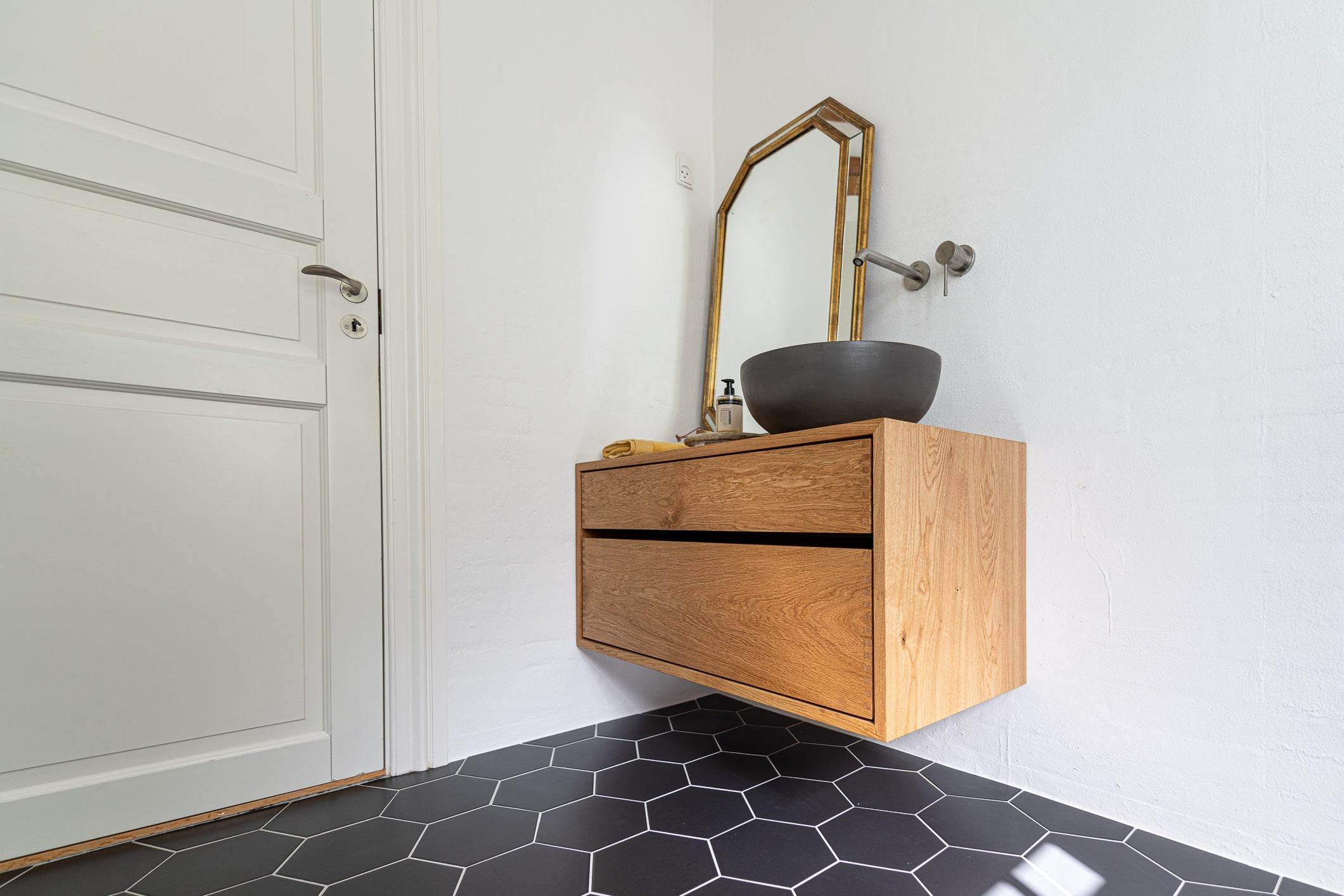 snedker badeværelsesmøbel